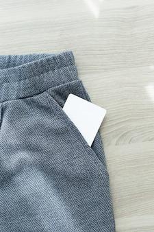 Junger mann, der leere visitenkarte aus der tasche seines hemdes herausnimmt.