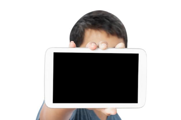 Junger mann, der leeren tablettbildschirm lokalisiert auf weiß zeigt.