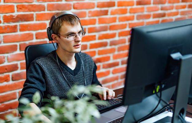 Junger mann, der mit computer arbeitet