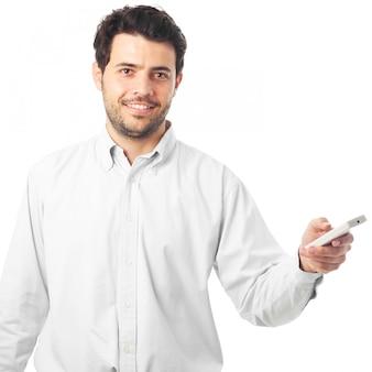 Junger mann, der mit einer fernbedienung auf einem weißen hintergrund zeigt