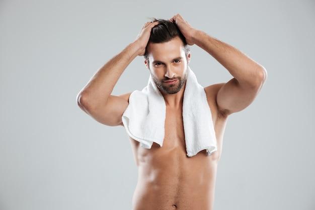 Junger mann, der mit handtuch aufwirft