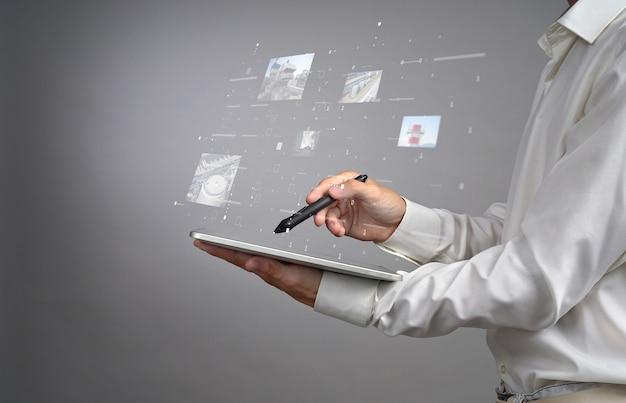 Junger mann, der mit virtueller schnittstelle arbeitet.
