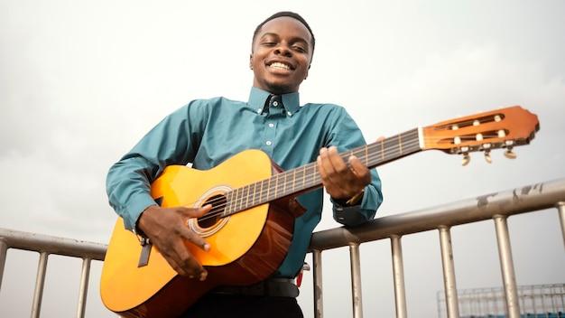 Junger mann, der musik am jazz-tag spielt