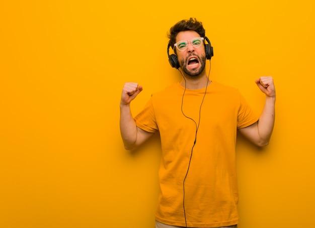Junger mann, der musik schreit sehr verärgert und aggressiv hört