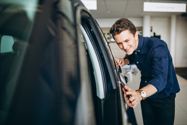 Junger mann, der nach einem auto sucht, um zu mieten