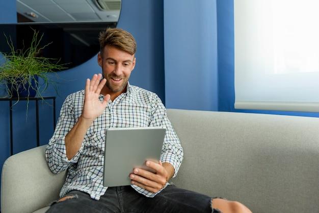 Junger mann, der neue technologien genießt