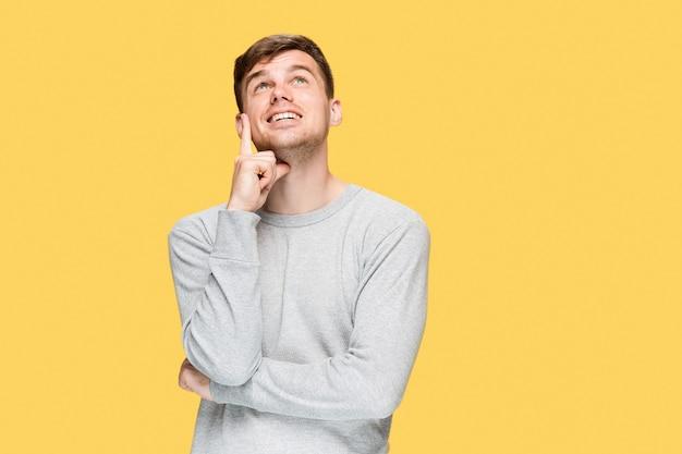 Junger mann, der oben lächelt und schaut