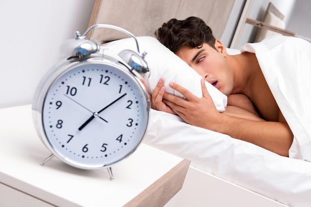 Junger mann, der probleme hat, morgens aufzuwachen
