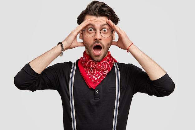Junger mann, der rotes kopftuch und schwarzes hemd trägt