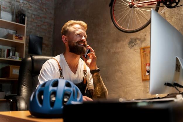 Junger mann, der sein fahrradgeschäft leitet