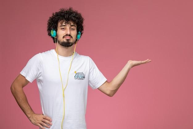 Junger mann, der seltsame pose gibt