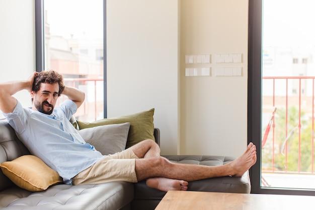 Junger mann, der sich frustriert und verärgert fühlt, krank und müde vom versagen, satt von langweiligen aufgaben