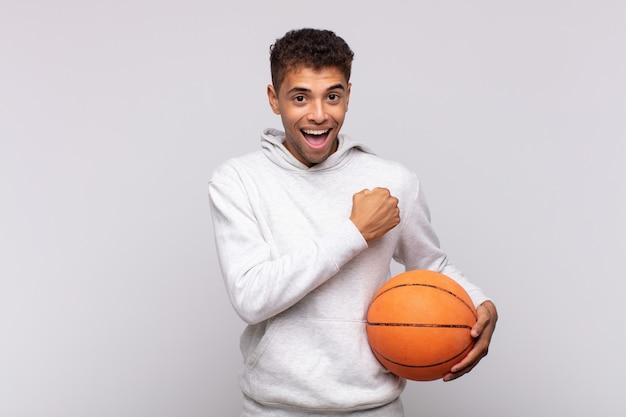 Junger mann, der sich glücklich, positiv und erfolgreich fühlt, motiviert, wenn er sich einer herausforderung stellt oder gute ergebnisse feiert