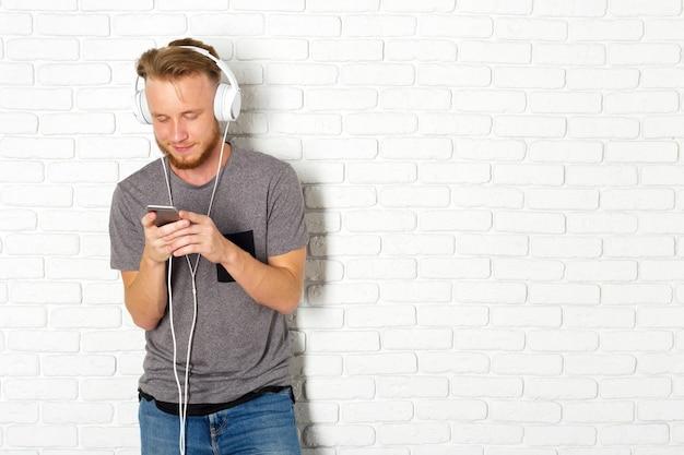 Junger mann, der smartphone verwendet