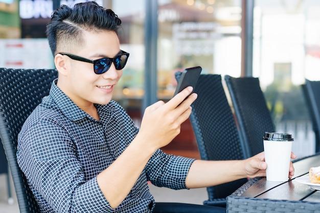 Junger mann, der soziale medien prüft