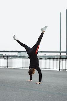 Junger mann, der sport in einer europäischen stadt spielt. sport in urbanen umgebungen.