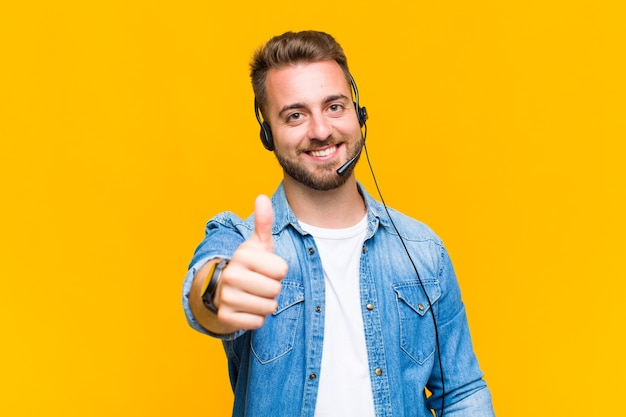 Junger mann, der stolz, sorglos, selbstbewusst und glücklich fühlt und positiv mit daumen hoch lächelt