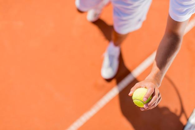 Junger mann, der tennis spielt