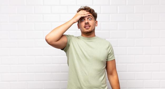 Junger mann, der über eine vergessene frist in panik gerät, sich gestresst fühlt und ein durcheinander oder einen fehler vertuschen muss