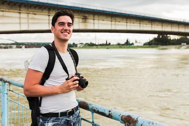 Junger mann, der um die welt reist