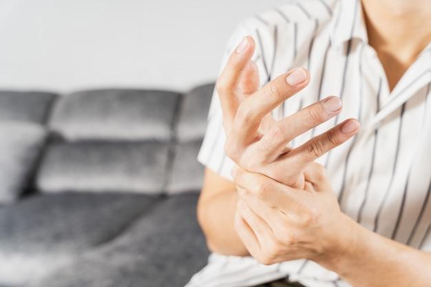 Junger mann, der unter handschmerzen leidet