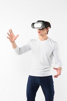 Junger mann, der virtuellen simulator versucht