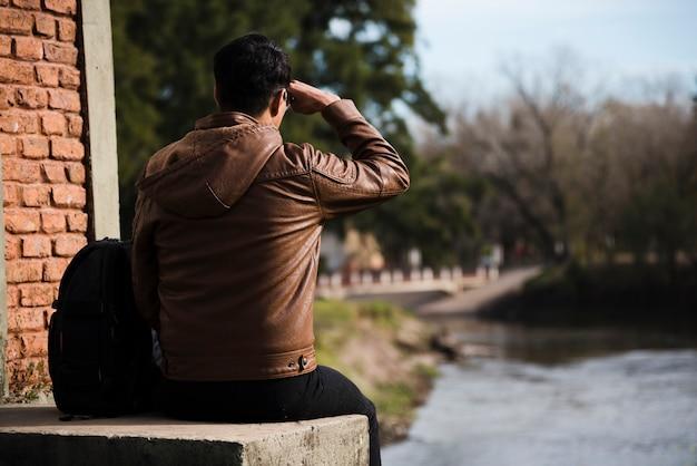 Junger mann, der weg draußen schaut