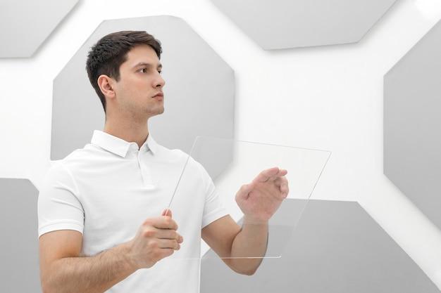 Junger mann, der weiße kleidung trägt