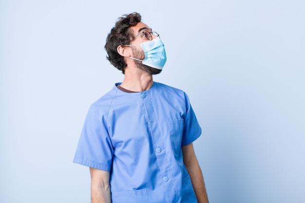 Junger mann, der wütend schreit, aggressiv schreit, gestresst und wütend aussieht. coronavirus-konzept