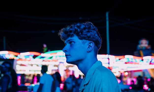 Junger mann des porträts auf einem blaulicht