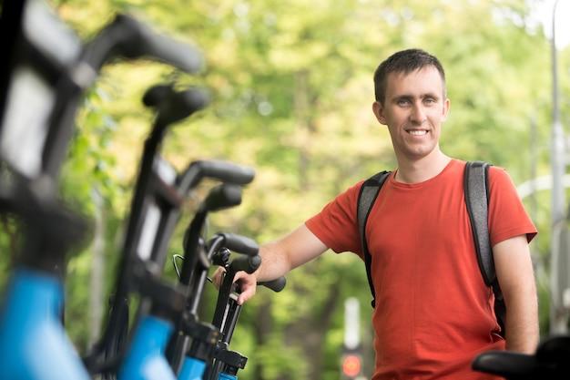Junger mann fahrrad mieten