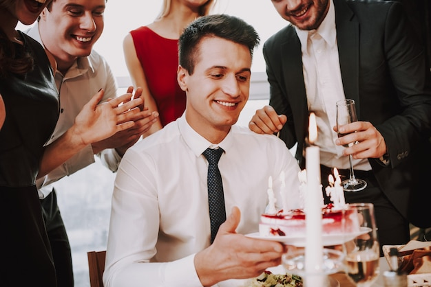 Junger mann feiert geburtstag mit firma