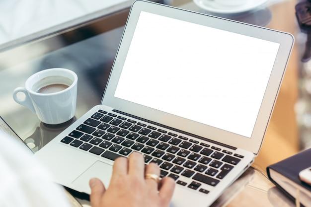 Junger mann führt arbeit an einem laptop durch