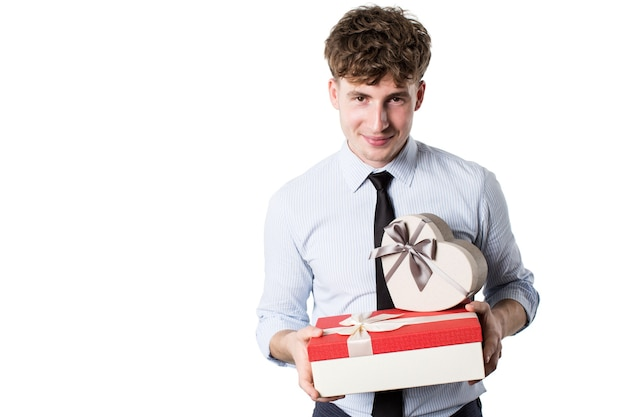 Junger mann gekleidet in einem gestreiften hemd mit geschenkboxen