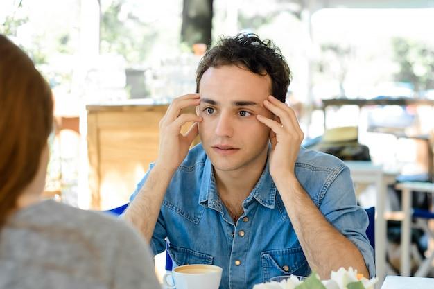 Junger mann gelangweilt in einem date.