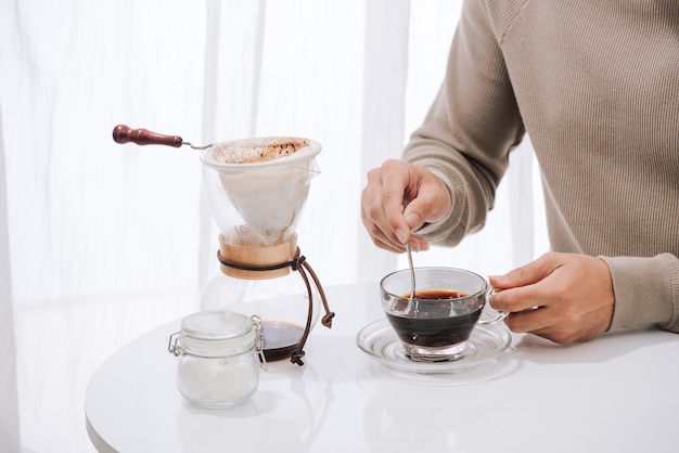 Junger mann genießt kaffee und frühstück in einem café
