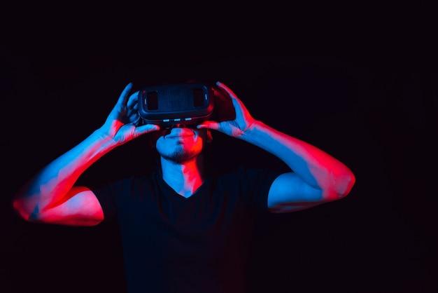 Junger mann genießt mit virtual-reality-brille