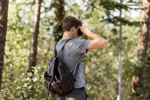 Junger mann genießt spaziergang im wald