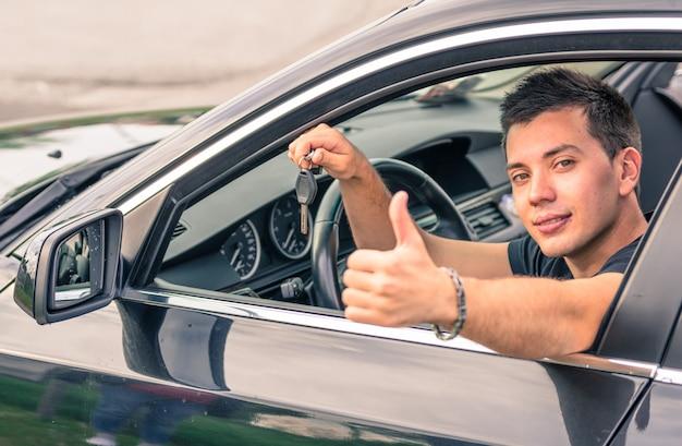 Junger mann im auto