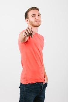 Junger mann im hellen t-shirt, das an der kamera stößt
