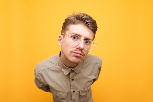 Junger mann im hemd und in den gläsern lokalisiert