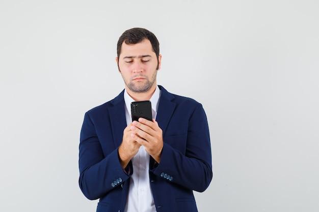Junger mann im hemd
