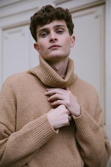 Junger mann im rollkragenporträt