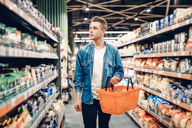 Junger mann im supermarkt