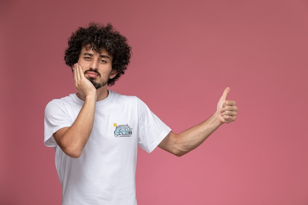 Junger mann immer noch tryna positiv mit zahnschmerzen sein