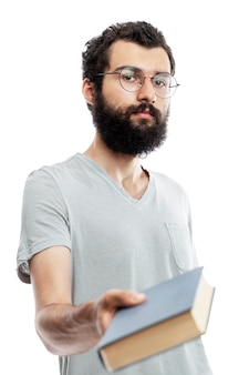 Junger mann in brille und mit bart mit einem buch in der hand. schul-und berufsbildung.