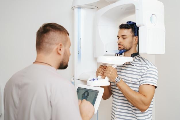 Junger mann in einem dentalen 3d-scanner