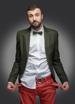 Junger mann in einem grünen anzug, kein geld