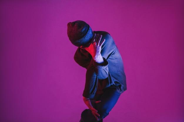Junger mann in einem jumper, der zeitgenössischen tanz im studio tanzt. breakdance. tanzschulplakat