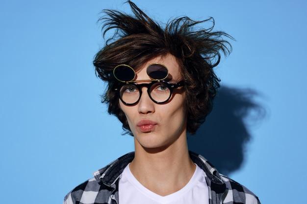 Junger mann in lustigen gläsern